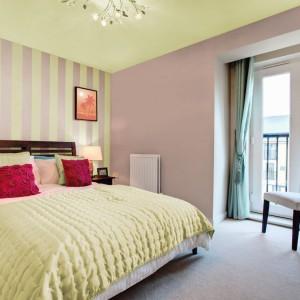 Pastelowe paski na ścianie to połączenie dwóch barw, które widoczne są na ścianie i suficie. Fot.Beckers.