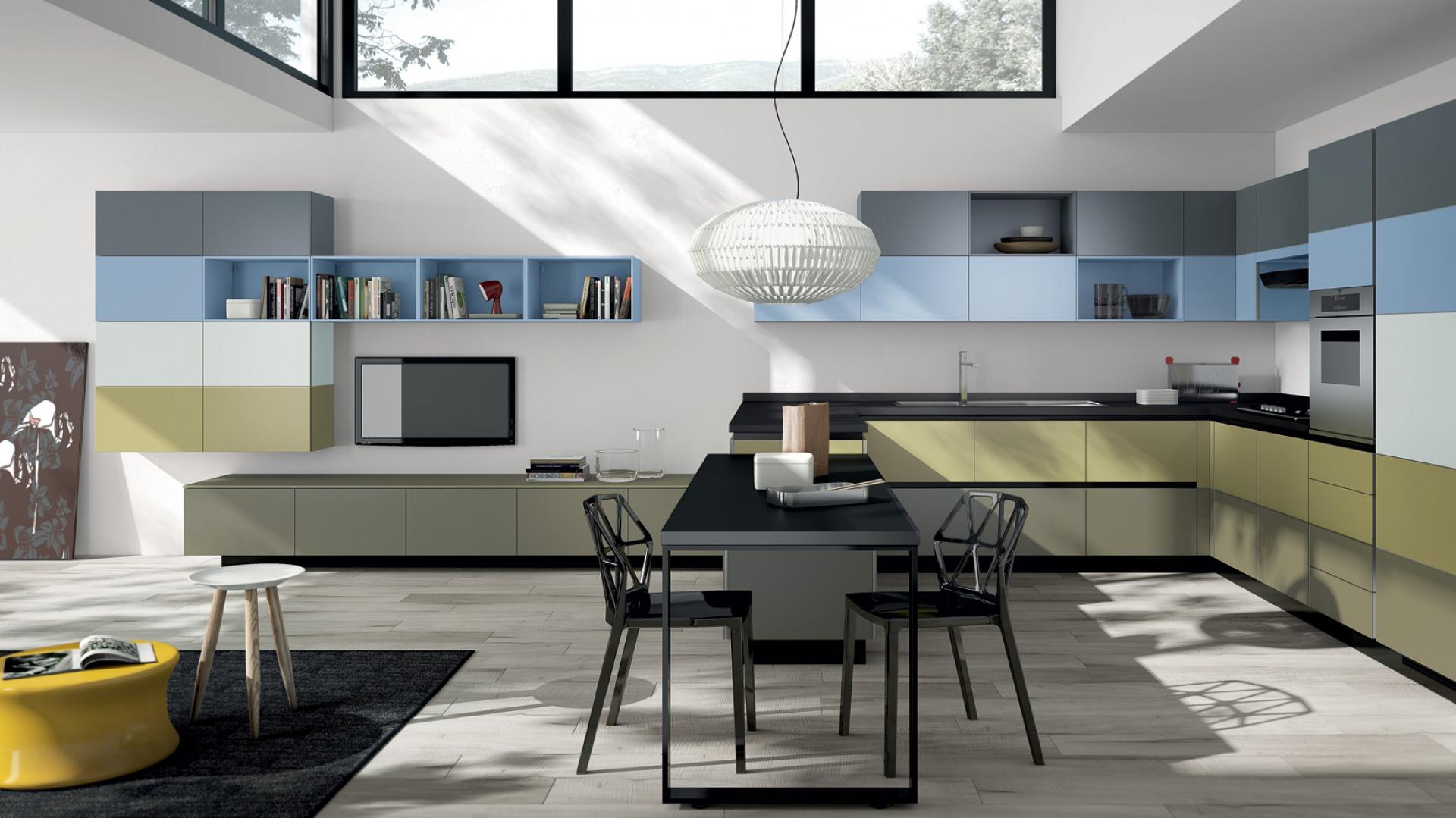 Trójkolorowy zastaw mebli Tetrix przeznaczony do kuchni połączonej z salonem. Fot. Scavolini.