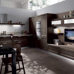 Klasyczne, brązowe meble nadają salonowo-kuchennemu wnętrzu niezwykle elegancki wygląd. Fot. Scavolini.
