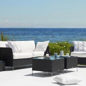 Meble wypoczynkowe z kolekcji mebli rattanowych marki Sika Design utrzymane w głębokim czarnym kolorze. Fot. Sika Design.