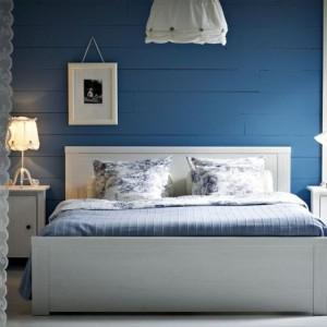 Intensywny, kobaltowy odcień w sypialni stanowi doskonałe tło dla białych mebli. Fot.Ikea.