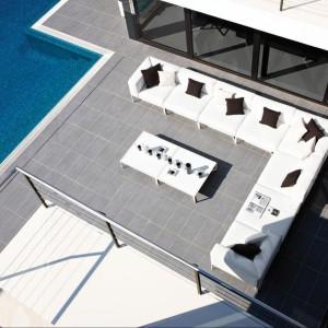 Zestaw  modułowy marki Gloster pozwala na wiele różnorodnych aranżacji ogrodu czy tarasu. Dostępny w eleganckim, białym kolorze tapicerki. Fot. Gloster.