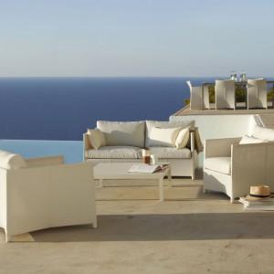 Białe meble tapicerowane z kolekcji Diamond marki Cane Line wykonane są z wodoodpornego materiału tex. Fot. Cane Line.