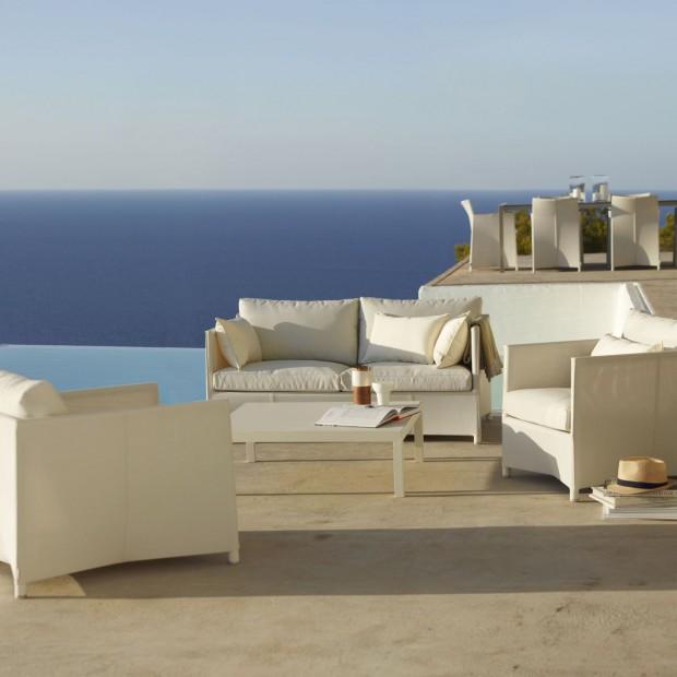 Wypoczynek w greckim stylu. 20 pomysłów na jasne meble w ogrodzie