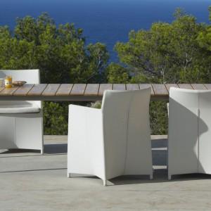 Fotele ogrodowe z kolekcji Diamond marki Cane Line doskonale sprawdzą się także w funkcji krzeseł. Biała tapicerka z wodoodpornej tkaniny tex podkreśla ich luksusowy charakter. Fot. Cane Line.