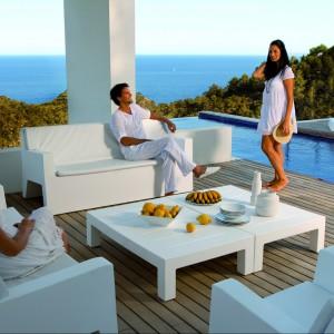 Meble wypoczynkowe z kolekcji Jut marki Vondom to sofy, fotele i stoliki kawowe dostępne w czystej bieli. Fot. Vondom.