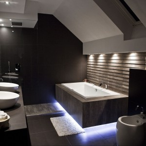 Rodzinna łazienka w stylu skandynawskim – tak można zastąpić drewno