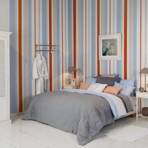 Tapeta w kolorowe, pastelowe pasy ożywiona pomarańczowymi elementami. Fot.Flamant.