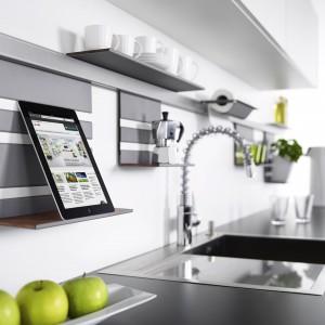 System relingowy Linero marki Peka z akcesoriami, m.in.  wiszącą półką na tablet. Fot. Peka.