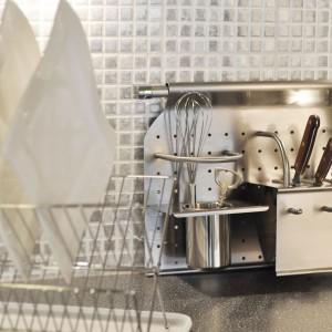 Reling - półka na noże i pojemniki z półką zamiast tradycyjnej ociekarki.  Na froncie półki dwa specjalne haczyki (jako dodatkowe wieszaczki lub instalacja do zawieszenia deski kuchennej). Kuchinox.