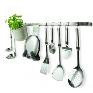 Stalowy reling z z haczykami pasującymi do wszystkich półeczek, pojemników i narzędzi kuchennych z serii Kitchen Today. Fot. Brabantia.