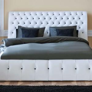 Łóżko tapicerowanie Himalia z ozdobnym zagłówkiem. Do wyboru w pikowaniu możemy wybrać guziki lub kryształki Svarowskiego. Fot.Kler.