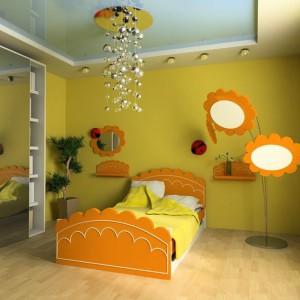 Ściany w kolorze cytrynowej żółci doskonale współgrają z pomarańczowymi meblami i dekoracjami. Fot. Sigma Lampy.