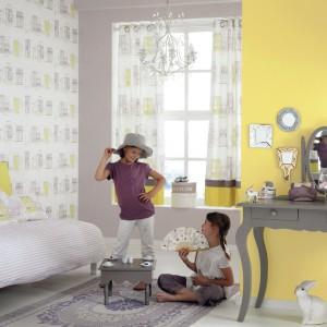 Ściany ozdobiono dwoma rodzajami tapet francuskiej marki Casadeco: jednolitą żółtą oraz białą w szaro-żółte wzory. Fot. Casadeco.