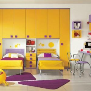 Zestaw mebli zawierający szafę i łóżka o intensywnej barwie. Fot. Colombini Casa.