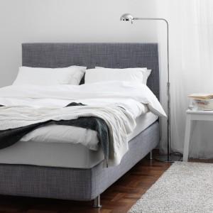 Łóżko Årviksand z idealnym do czytania i oglądania telewizji, pikowanym zagłówkiem w grafitowym kolorze. Fot.Ikea.
