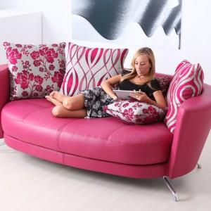 Nowoczesna sofa tapicerowana imitacją skóry w różowym kolorze. Fot. Circulo Muebles.