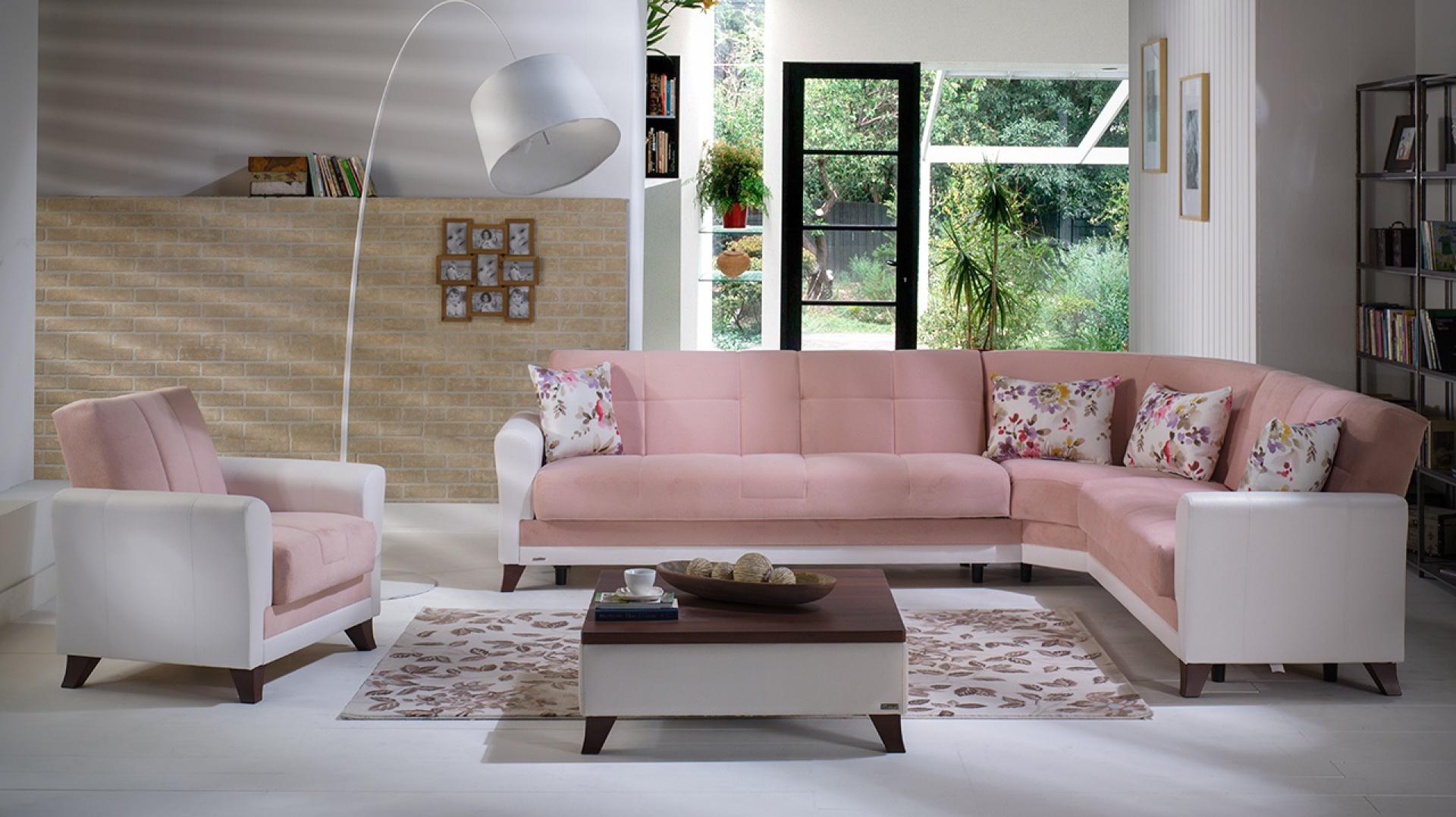 Jasnoróżowa sofa narożna to dość odważna propozycja do klasycyzującego salonu. Fot. Istikbal.