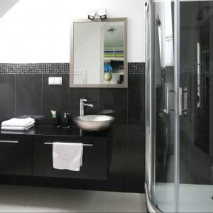 W tej łazience czerń stała się kolorem wyznaczającym na tle białych ścian i jasnej podłogi poszczególne jej strefy użytkowe: prysznicu, umywalki oraz toalety. Projekt Katarzyna Merta-Korzniakow. Fot. Bartosz Jarosz.