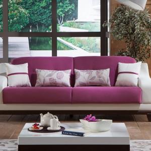 Klasyczna sofa w różowym kolorze zyskuje  niecodzienny wygląd. Fot. Istikbal.