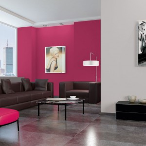 Amarantowa ściana w salonie - pomysł się sprawdzi jeśli zadbamy o neutralne towarzystwo dla tak intensywnej barwy. Fot. Dekoral.
