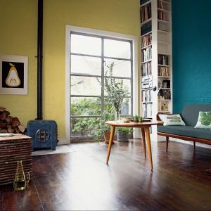 Propozycja marki Dulux - pastelowy żółty i mocny morski kolor. A efekt? Niebanalny i nowoczesny. Fot. Dulux.