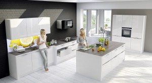 Kuchnia musi być ładna i praktyczna. Biel zapewni jej estetyczny wygląd, a wyspa funkcjonalność.
