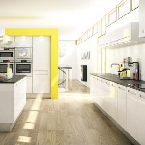 Meble z kolekcji Modern Space firmy HTH. Proste, praktyczne, łącząca strefę kuchenną z salonową. Biel frontów szafek ożywia żółty kolor. Ciekawie zaprojektowane uchwyty. Wyspa stanowi wygodny blat roboczy. Zapewnia również miejsce na odpoczynek.