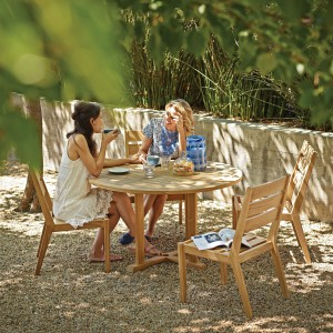 Stół i krzesła marki Gloster w całości wykonane zostały z drewna teakowego. Fot. Gloster.