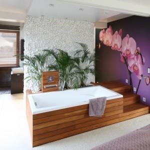 Fototapeta z przeskalowanym storczykiem zdobi jedną ze ścian łazienki połączonej z sypialnią. Motyw z natury doskonale wpisuje się w przyjętą stylistykę SPA. Projekt Katarzyna Mikulska-Sękalska. Fot. Bartosz Jarosz.