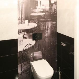Utrzymana w monochromatycznych barwach fototapeta z motywem kawiarnianych stolików w stylu lat 20. to główna ozdoba gościnnej toalety. Projekt Karolina i Artur Urban. Fot. Bartosz Jarosz.