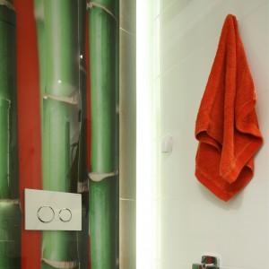 Motyw bambusów, popularny nad kuchennymi blatami, doskonale sprawdza się także w toalecie. Projekt Katarzyna Mikulska-Sęklaska. Fot. Bartosz Jarosz.