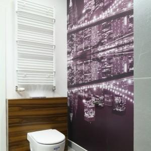 Toaleta w wielkomiejskim stylu musi błyszczeć. Doskonale obrazuje to motyw na fototapecie zdobiącej całą ścianę toalety. Projekt Agnieszka Żyła. Fot. Bartosz Jarosz.