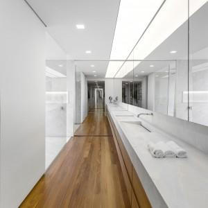 Urządzona w bieli i drewnie łazienka. Fot. Arthur Casas Studio.