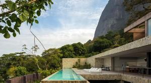 Minimalistyczny dom projektu brazylijskiego studia Arthur Casas to nie tylko bajeczny widok na ocean. To także nowoczesna architektura i wygodne rozwiązania funkcjonalne.