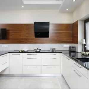 W kuchni występują dwa rodzaje oświetlenia: czysto techniczne, oświetlające blat roboczy oraz dekoracyjne nad półwyspem, wzbogacające przestrzeń ciekawą formą. Fot. Bartosz Jarosz.