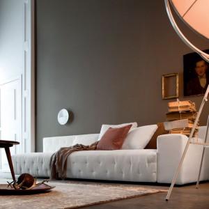 Minimalistyczna kanapa w nieśmiertelnym białym kolorze. Fot. Twils.