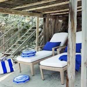 Leżaki z kolekcji Panama marki Dedon doskonale prezentują się z marynistycznymi dodatkami. Fot. Dedon.