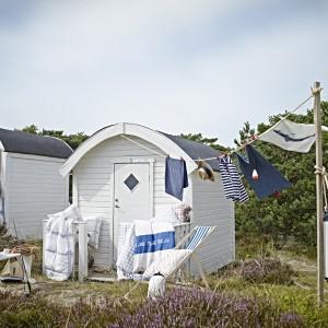 Tekstylia z najnowszej oferty marki Ikea utrzymane w marynarskim duchu. Fot. Ikea.