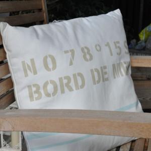 Biała poduszka w marynarskim stylu z oferty sklepu internetowego Tendom.pl. Fot. Tendom.pl.