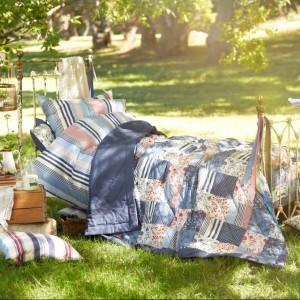 Patchworkowa narzuta z oferty marki Tchibo utrzymana w pięknych morskich kolorach doskonale sprawdzi się także jako koc na piknik. Fot. Tchibo.