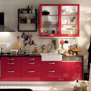 Meble z kolekcji Booster firmy Municchi Cucine. Idealnie sprawdzą się w małym aneksie kuchennym. Fronty lakierowane w połysku w czerwonym kolorze. Kontrast wprowadza kolor czarny.