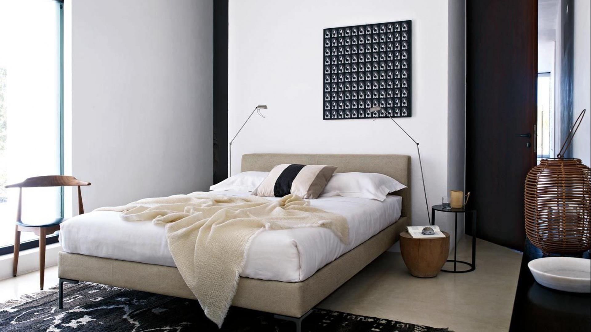Kolekcja łóżek Charles z lekkimi,charakterystycznymi nogami, które przybierają kształt litery