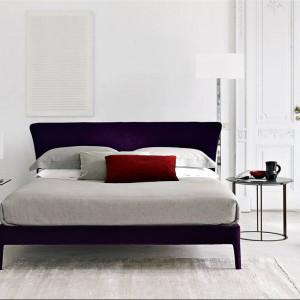Łóżko Febo z tapicerowanym zagłówkiem dostępne w 6 rozmiarach oraz wielu tkaninach. Tapicerowany zagłówek Fot.B&B Italia.