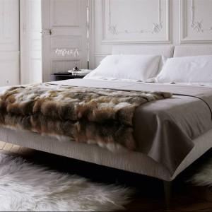 Łóżko Selen z wysokim tapicerowanym zagłówkiem.Projekt z 1997 roku wciąż zachwyca.Fot.B&B Italia.