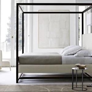 Nowsza wersja łózka Alcova - projekt powstał w 2009 roku. Wyżej umiejscowiony materac sprawia, że łóżko nabiera wyjątkowej lekkości. Fot.B&B Italia..