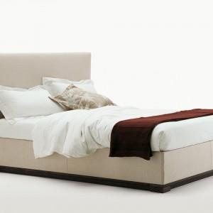Tapicerowane łóżko Demeter to ponadczasowa forma, która świetnie sprawdzi się w każdej sypialni. Fot.B&B Italia.