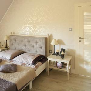 Dekoracyjna tapeta w sypialni. 12 pomysłów na aranżację