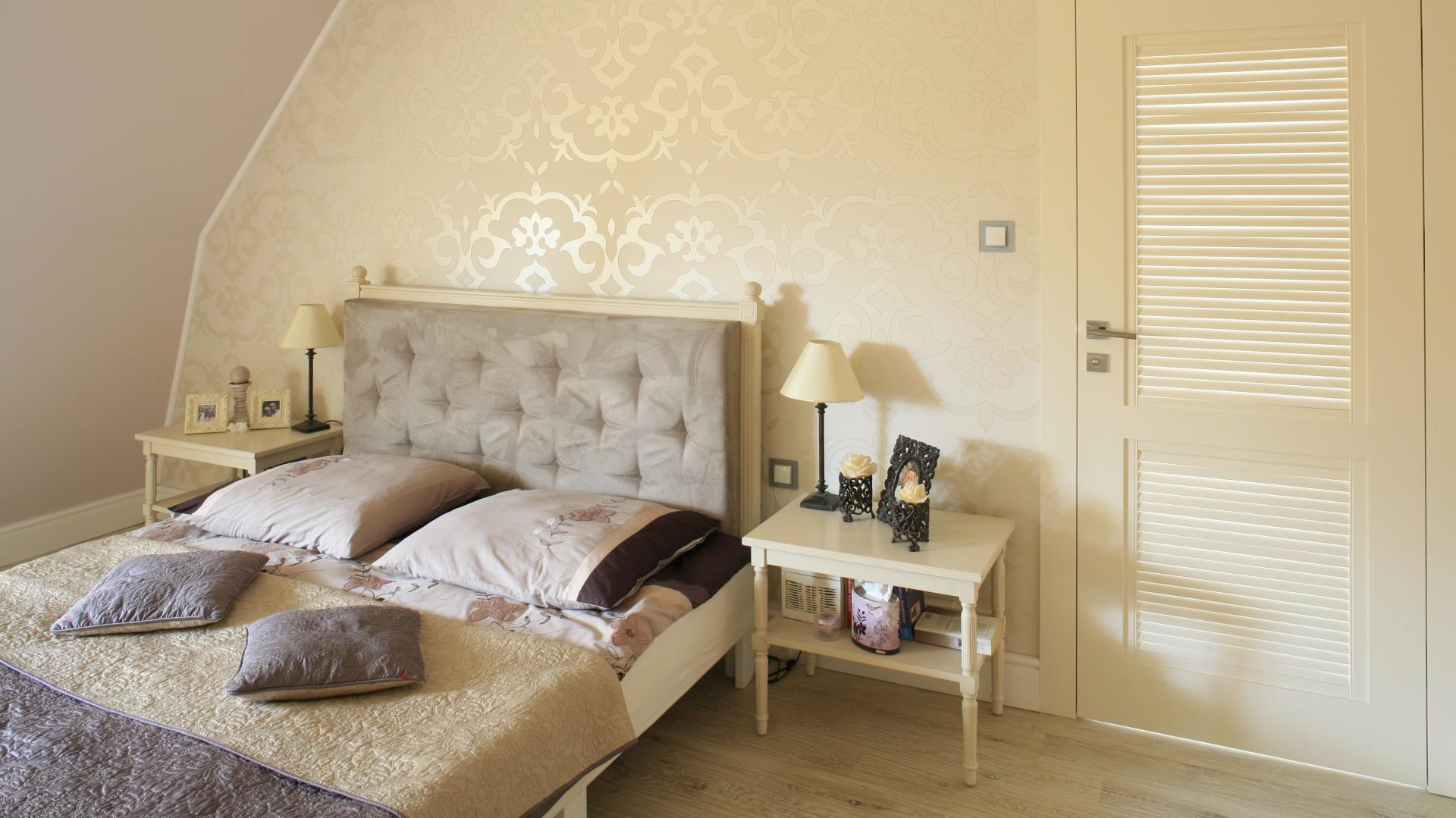 Tapeta z bardzo delikatnym wzorem dodaje uroku sypialni utrzymanej w stylu glamour. Proj.Karolina Łuczyńska. Fot.Bartosz Jarosz.