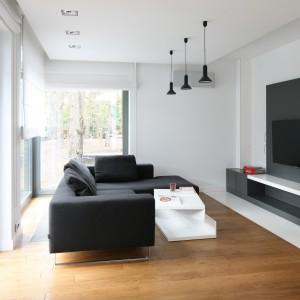 Miejsce na telewizor oznaczono ciemnym kolorem. Projekt Katarzyna Kiełek. Fot. Bartosz Jarosz.